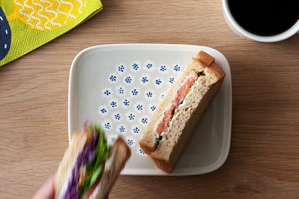 料理を引き立てる、おしゃれな淡い色合いの四角いお皿
