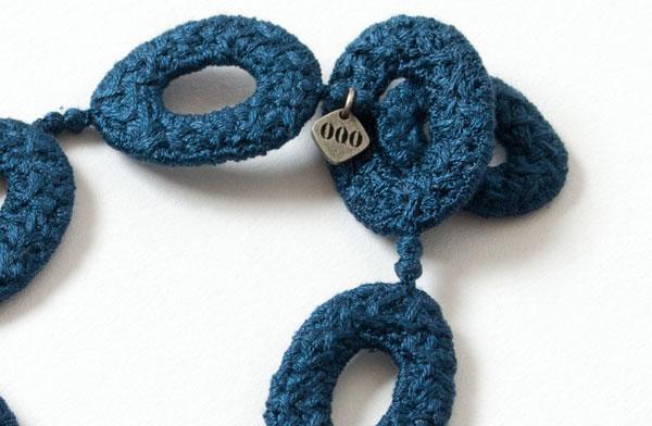シルクの糸を何重にも重ねて縫い合わせた、美しいシルエットのおしゃれなブレスレット