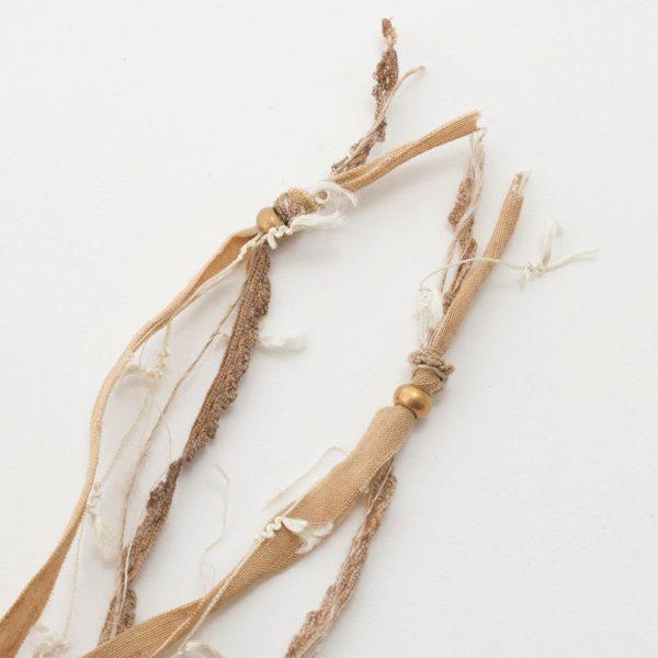 ネックレスとしてもブレスレットとしても使える、おしゃれなシルクリネンのアクセサリー