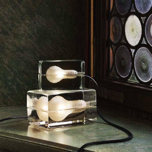 氷のなかに電球が閉じ込められているような、おしゃれなテーブルランプ