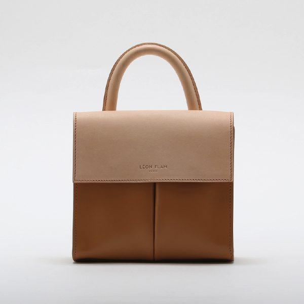 コンパクトなサイズ感が可愛らしい、手持ちもショルダー掛けもできるおしゃれなレザーのハンドバッグ