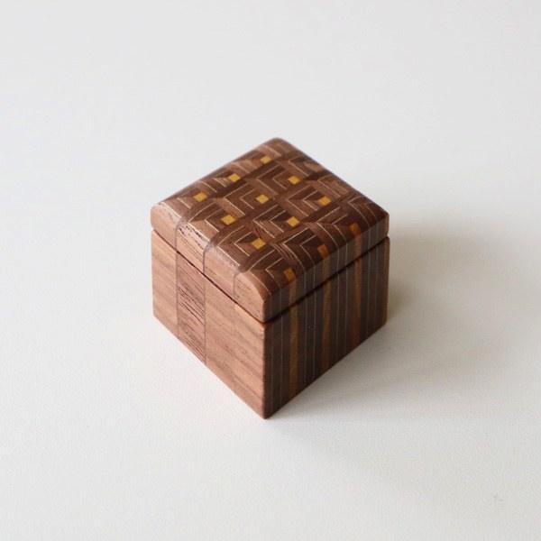 寄木細工ならではの柄が美しい、おしゃれな小物入れ
