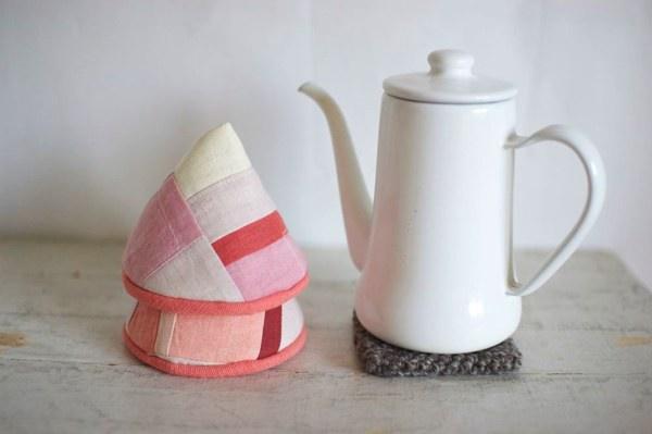 草木染めの布をパッチワークして作られた、おしゃれな三角帽子型の鍋つかみ