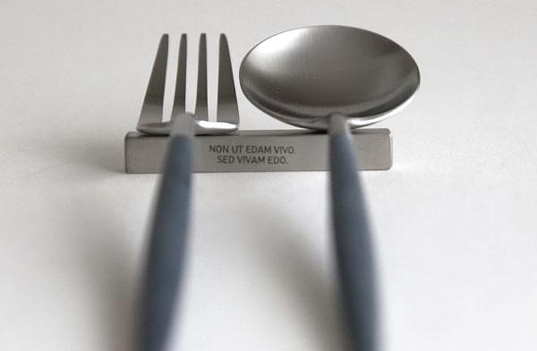 シンプルなデザインの、おしゃれなステンレス製の箸置き