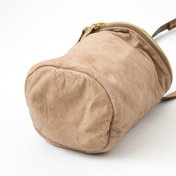 筒状の形が愛らしい、おしゃれなレザーショルダーバッグ