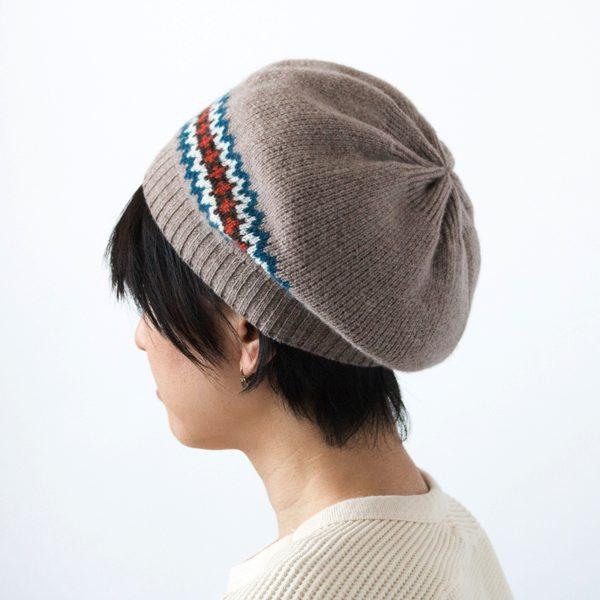 スコットランドの伝統的な柄を用いた、おしゃれなニットのベレー帽