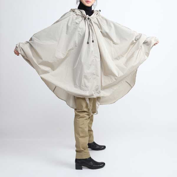 雨の中でも濡れずに快適に自転車に乗れる、おしゃれさを兼ね備えたレインコート