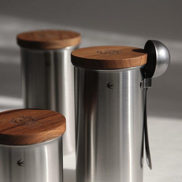 シンプルなデザインの、木蓋がおしゃれなステンレス製キャニスター