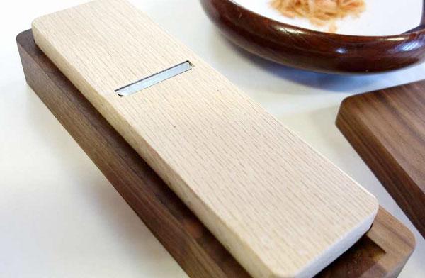 シンプルなデザインが美しい、おしゃれなコンパクトサイズのかつお節削り器