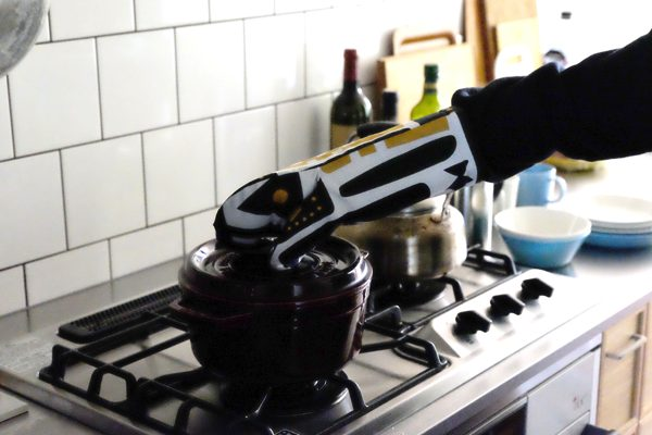 パペットを思わせるユニークなかたちの、キッチンが華やかになるおしゃれなミトン