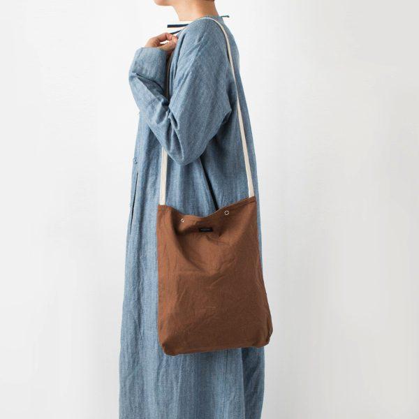シンプルかつ美しいカタチの、おしゃれな縦長のショルダーバッグ