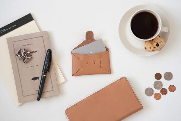 封筒のようなデザインの、縫い目のないおしゃれなカードケース