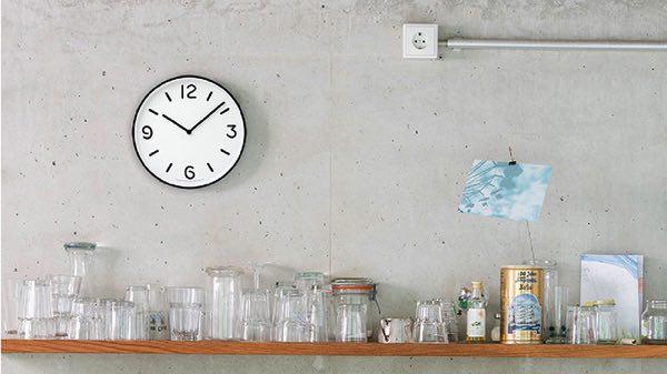見やすくシンプルなデザインでほどよい存在感のある、おしゃれな壁掛け時計