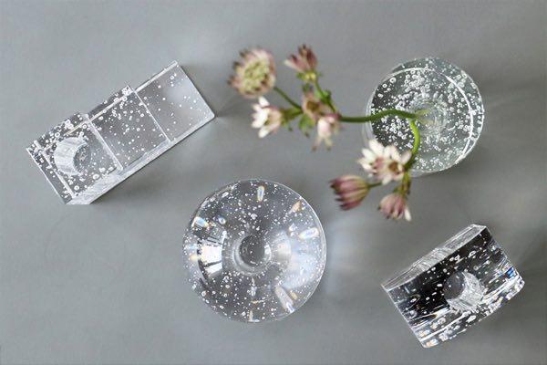 ガラスの中にちりばめられた気泡が美しく輝く、おしゃれな花瓶