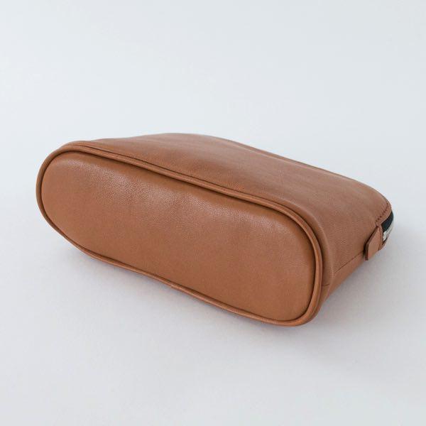 上品で柔らかなレザーを使用した、シンプルなデザインのおしゃれなポーチ