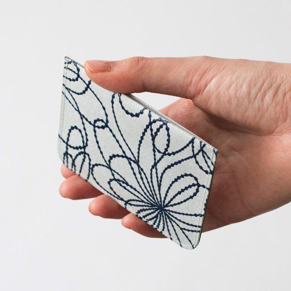 和紙の軽さと漆の艶やかさを併せ持った、おしゃれな和紙のパスケース