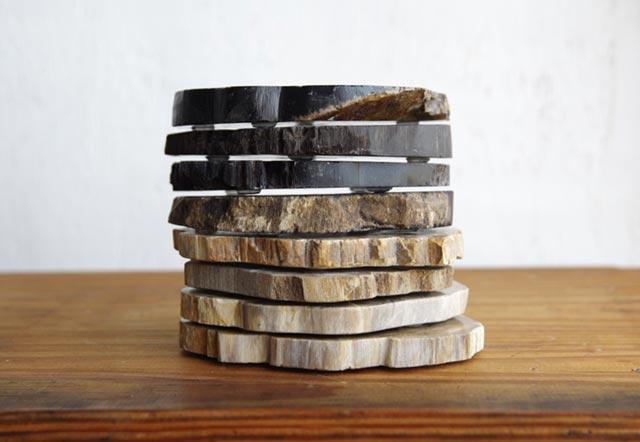 木の化石から作られた、おしゃれなコースター