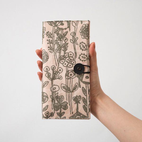 和紙の風合いと漆の装飾がおしゃれなパスポートケース