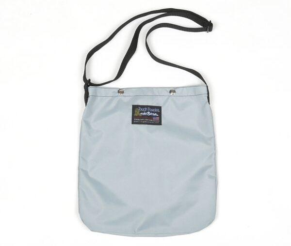 A4サイズの書類や雑誌などが収まる、軽量で丈夫なおしゃれなサコッシュバッグ