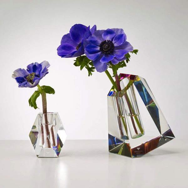 光の屈折が美しい、クリスタルガラスで作られたおしゃれなフラワーベース