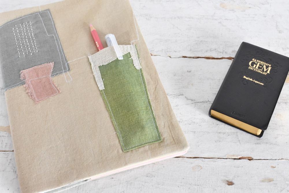 草木染めの布を使った、おしゃれなハンドメイドのノートカバー