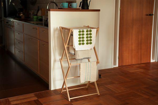 部屋干しに便利な、おしゃれな木製の物干しタワー