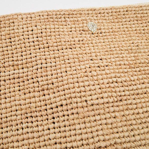 質の良いラフィアを一つ一つ丁寧に編み上げた、おしゃれなクラッチバッグ
