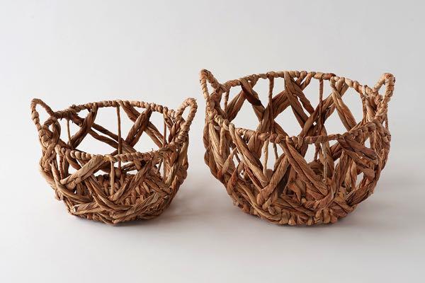 丸いかたちが愛らしい、ヒヤシンスの葉で編まれたおしゃれなバスケット