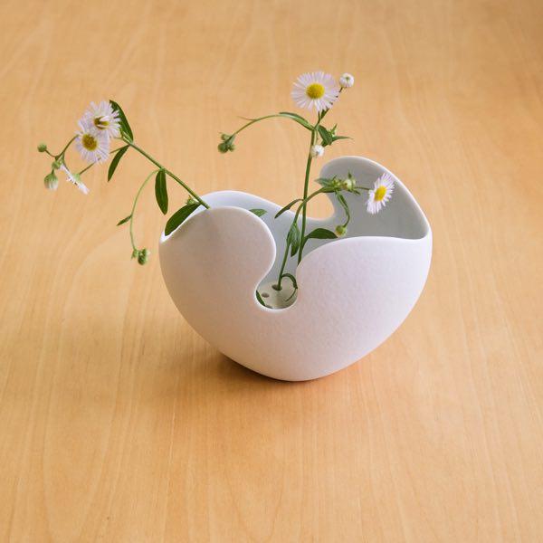 丸いフォルムとシンプルなデザインがおしゃれな花瓶