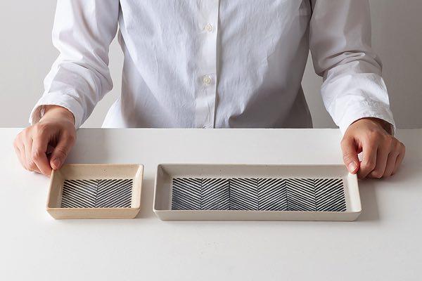 シンプルな文様をまとった、温かみのあるおしゃれな長方形の角皿