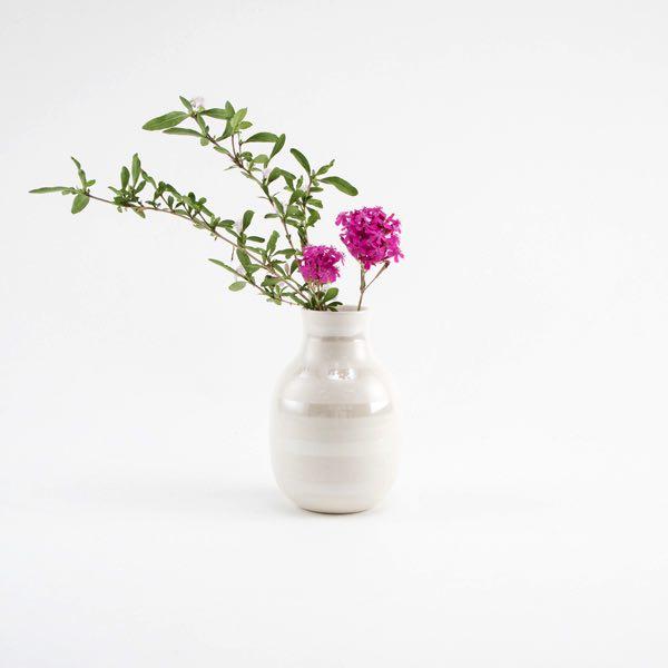 ぽってりとしたフォルムとボーダーが愛らしい、おしゃれな花瓶