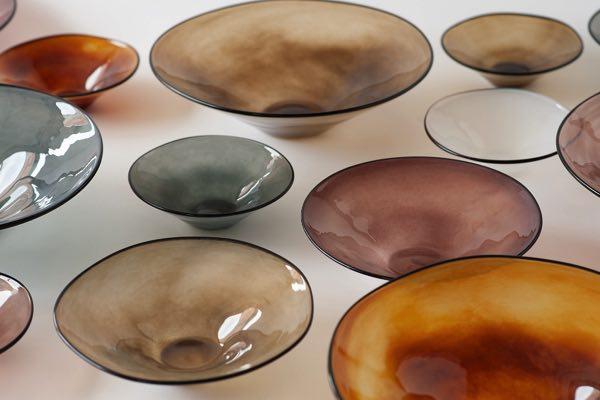 吹きガラスならではの色合いとかたちの、テーブルに映えるおしゃれで美しいガラスボウル