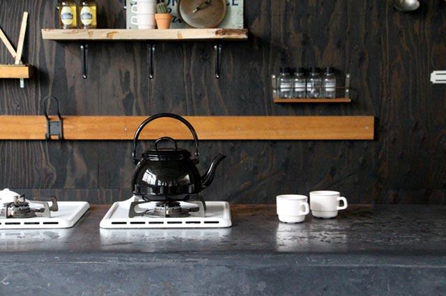 キッチンに置いてあるだけで絵になる、おしゃれな琺瑯製のヤカン