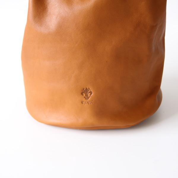 コーディネートをグンと良く仕上げてくれる、おしゃれなイタリア製の巾着ショルダー