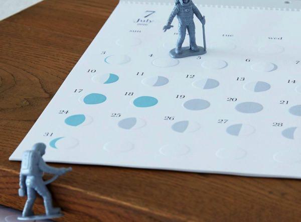 月の満ち欠けをエンボス加工でかたどった、おしゃれな月齢カレンダー2020年版