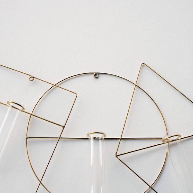 真鍮フレームにガラスを組み合わせた、おしゃれな一輪挿し