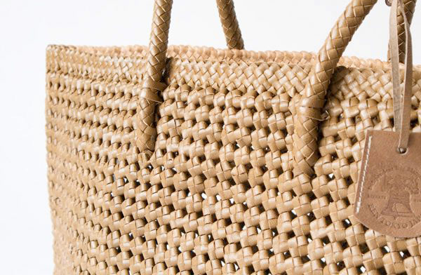 丸い持ち手でトートバッグのように気軽に使える、おしゃれな革製バッグ