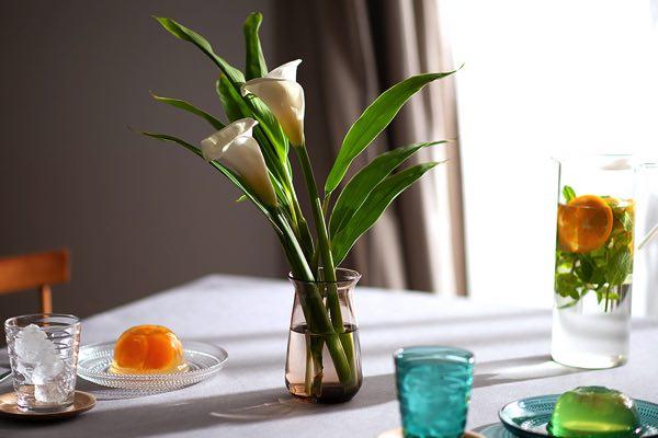 一風変わったデザインの、おしゃれなガラス製の花瓶