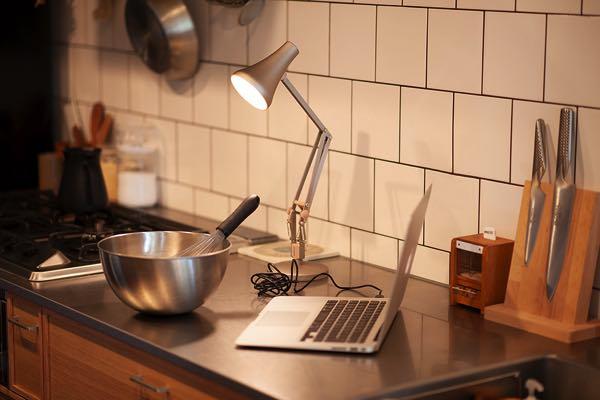 USB給電式で自在に持ち運ぶことができる、おしゃれなイギリス製デスクランプ