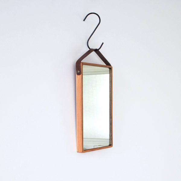 デザインに優れインテリアにもなる、おしゃれな木製の壁掛け式の鏡