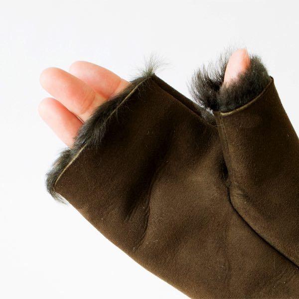 スマホを使うのにも便利な、保温性・防寒性に優れたおしゃれな指なし手袋