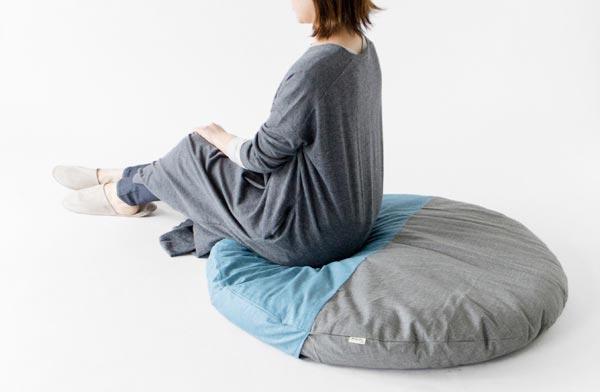 座って、寝転んで、ゴロゴロできる、ゆとりのある大きさのおしゃれなサークル座布団