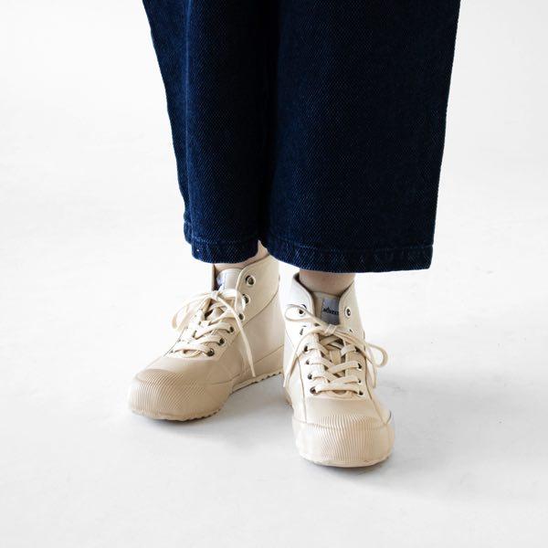 雨の日にも履ける、おしゃれな白いラバーシューズ