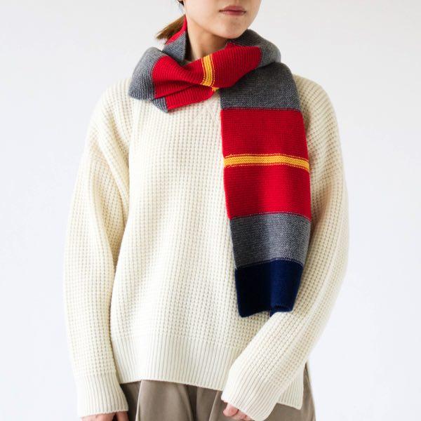鮮やかな色の組み合わせが目を引くデザインの、おしゃれなイギリス製マフラー