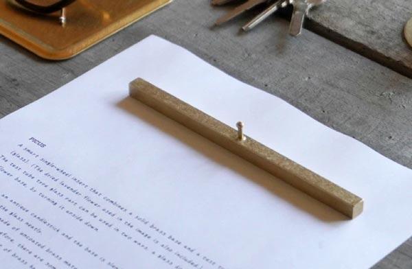 シンプルなデザインの、おしゃれな真鍮製のペーパーウェイト