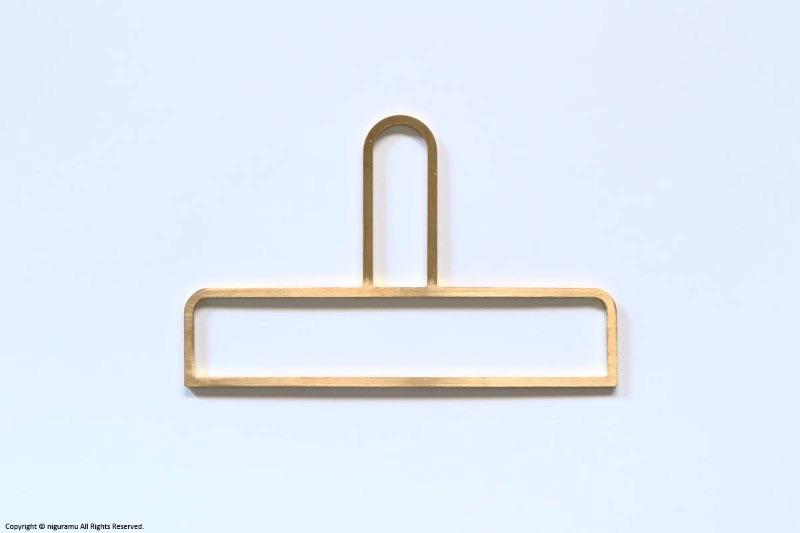 フェイスタオルやネクタイに丁度良いサイズの、おしゃれな真鍮製ハンガー