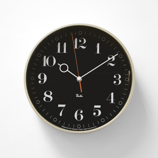 シンプルなデザインの中に高級感を感じる、おしゃれな壁掛け時計