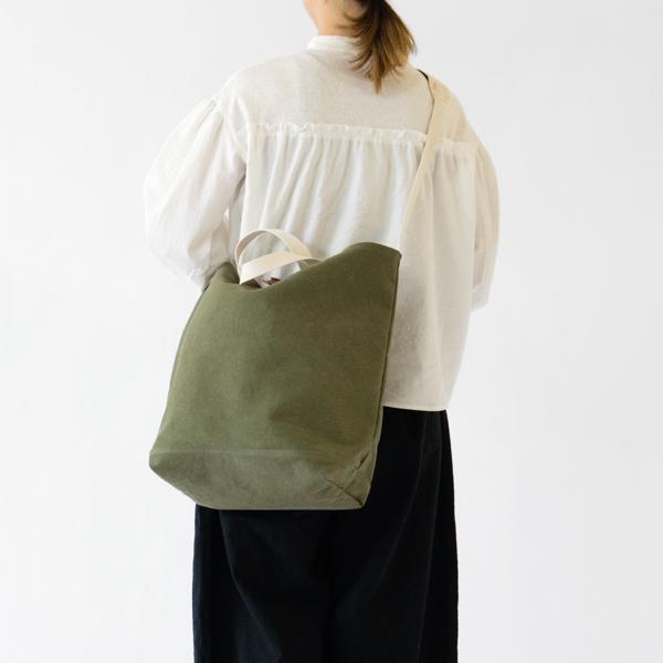 味わいある素材と無骨で暖かみのあるデザインが魅力の、おしゃれなトートバッグ