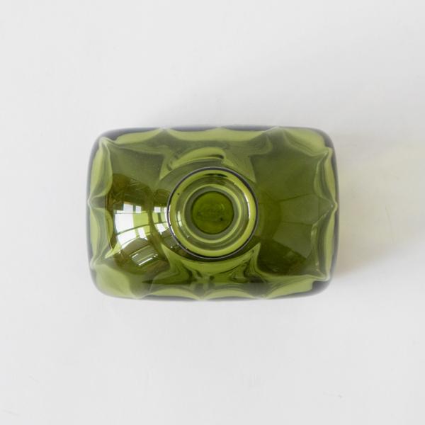 伝統的な宙吹きという技法で作られた、おしゃれなガラス製の一輪挿し