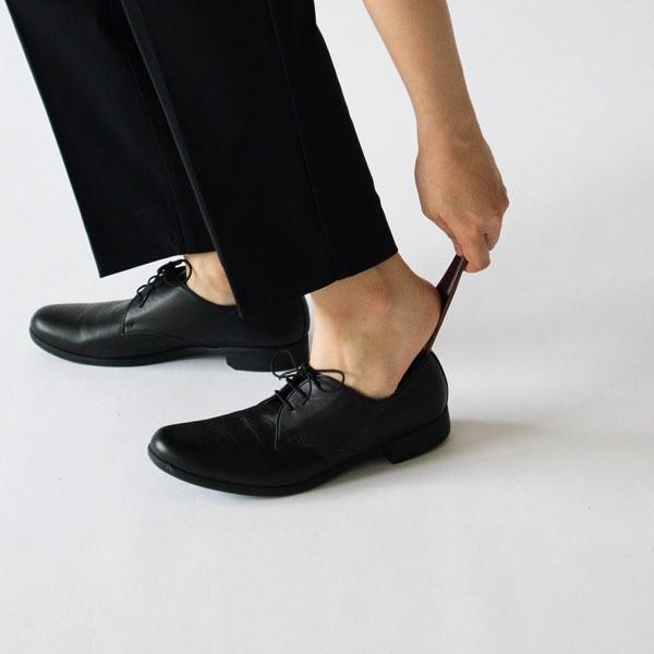 出先やお店でさっと出して使える、キーホルダーサイズのおしゃれな靴べら